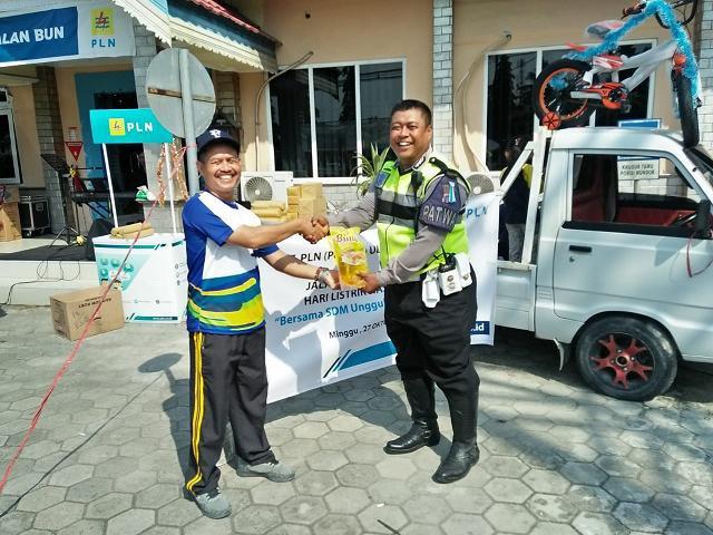 Anggota Satlantas Polres Kobar, saat menerima door prize dari Suprapti Ketua Penyelenggara Jalan Sehat
