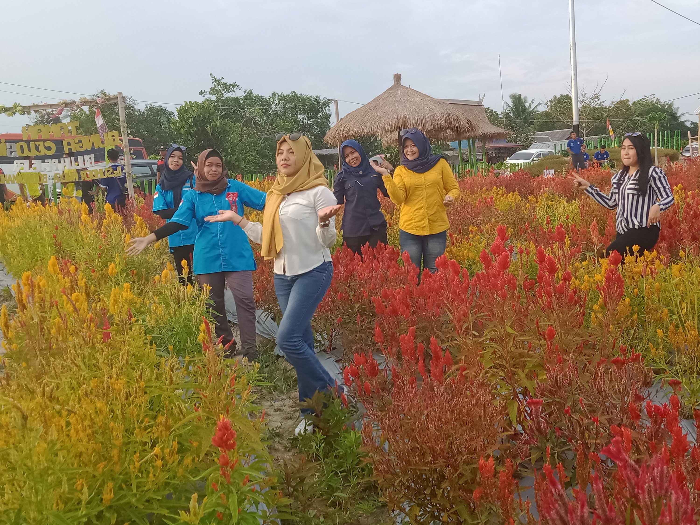 Para peserta BBKT mengabadikan momen-momen di Taman Bunga.