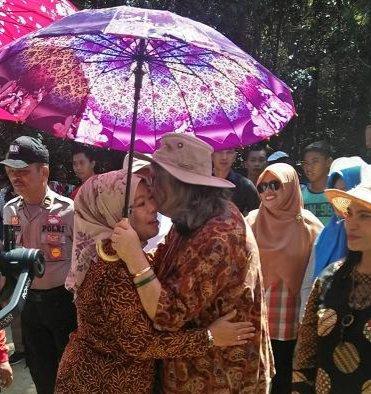Keterangan Foto : Bupati Kobar Hj Nurhidayah, berpelukan dengan Prof Dr Birute Mary Galdikas, sebelum meresmikan Obyek Wisata Jurung Tiga di Desa Pasir Panjang.