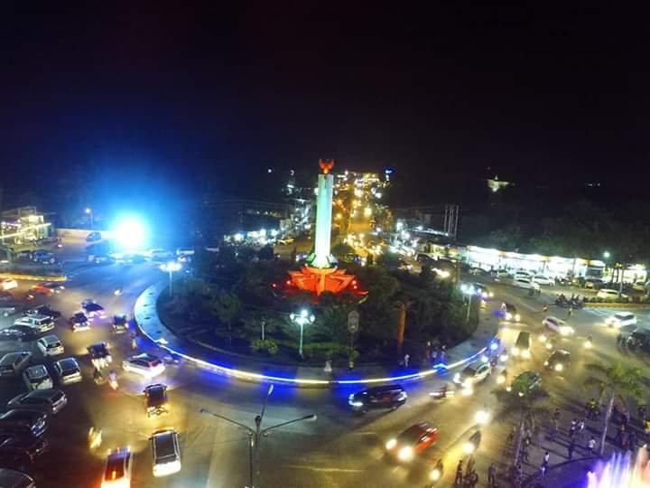 Keterangan Foto Malam : Inilah suasana malam di Bundaran Tugu Pancasila Pangkalan Bun, yang dijadikan wisata malam di Kota Pangkalan Bun.
