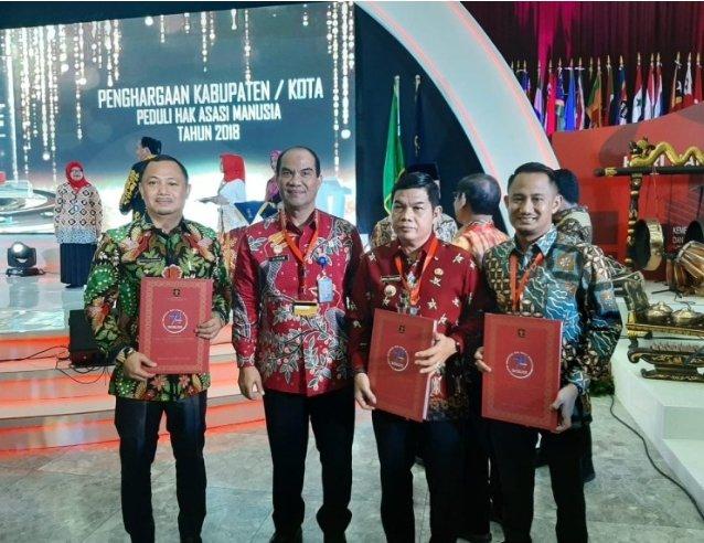 Bupati Barsel H Eddy Raya foto bersama dengan, Walikota Palangka Raya Fairid Nafarin (pertama dari kanan) dan Bupati Bartim Ampera A Y Mebas ( dua dari kiri).